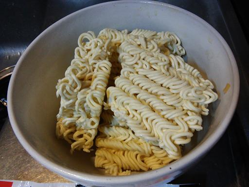 サッポロ一番塩ラーメンを割って器に入れる