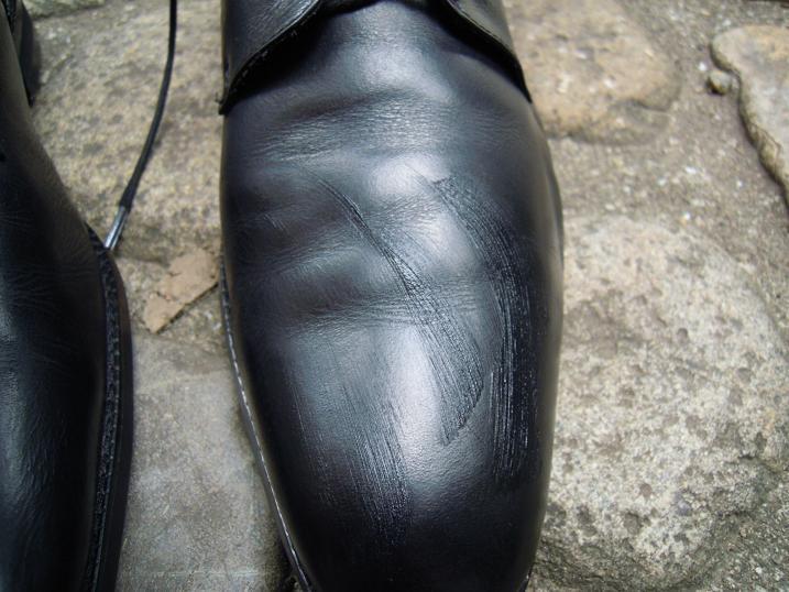 ランウォークに靴墨を塗り広げる