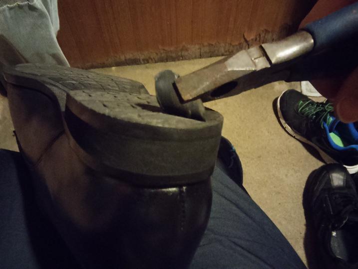 ランウォークかかと修理古いゴムをはがす