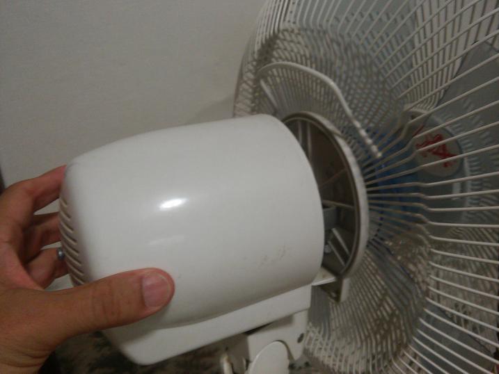 扇風機の後ろカバーを引き抜く