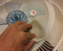扇風機の羽根をスポンジで水洗いする