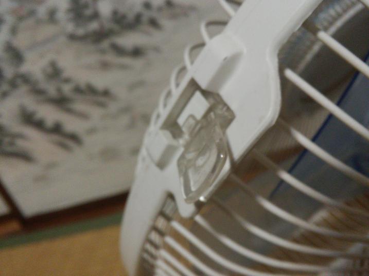 扇風機前カバーのストッパー