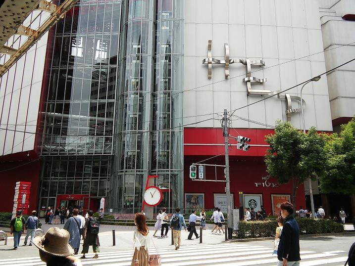 大阪の梅田スカイビルからヘップ...