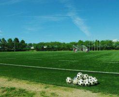 グラウンドとサッカーボールと青い空
