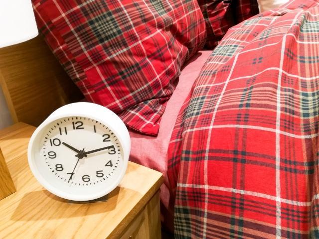 ベッドと目覚まし時計