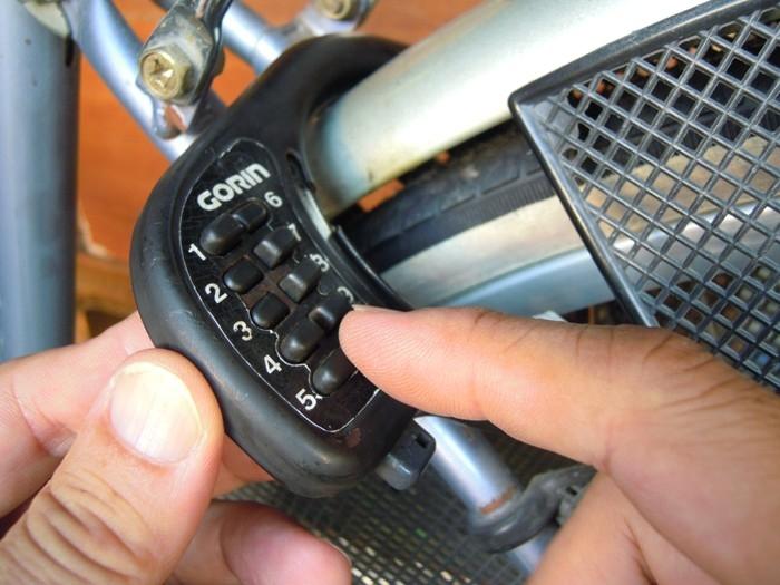 自転車リング錠番号を押す