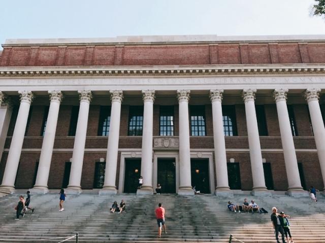 ハーバード大学の図書館正面入り口