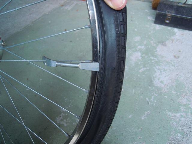 タイヤレバーをスポークに引っ掛ける