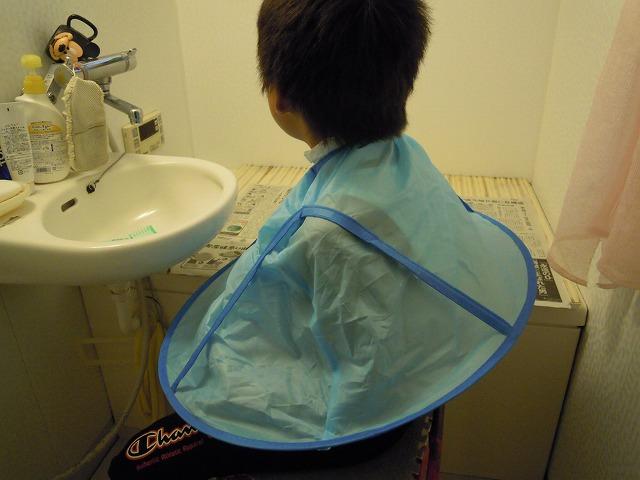 子供用散髪ケープを使う。