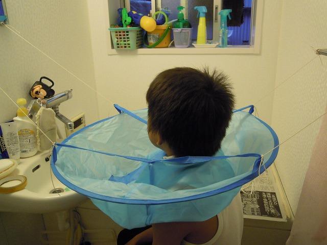 子供用散髪ケープをタコ糸でつるしてみた。