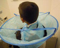 子供用散髪ケープをタコ糸で吊るすと切った髪の毛がが床に落ちることなく散髪出来る。