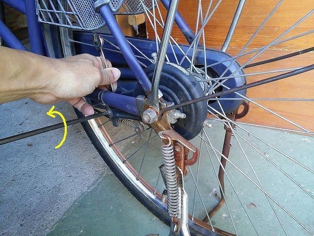 ブレーキを車体に固定しているネジを外す