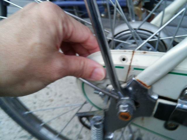 ママチャリ自転車のチェーンカバーの後ろを外す