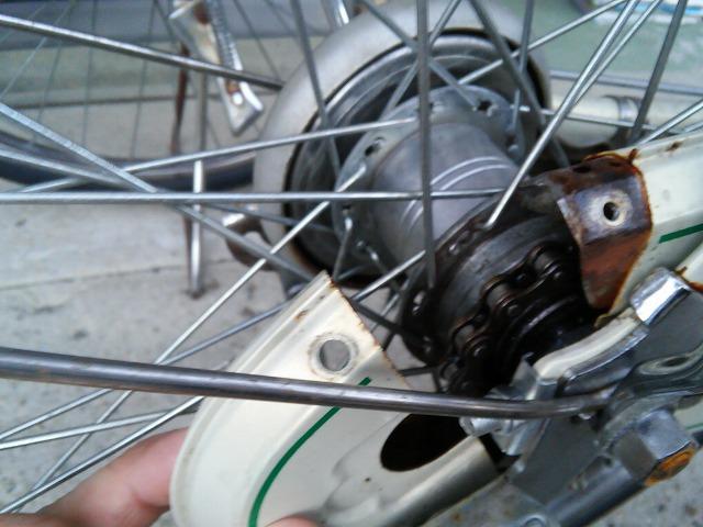 ママチャリ自転車チェーンカバーが外れた